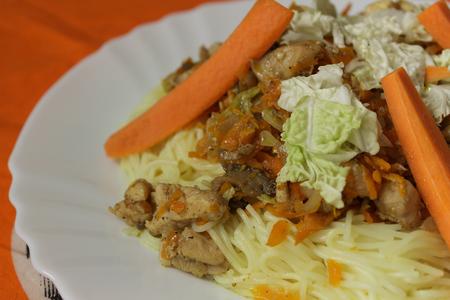 rýžové nudle drůbeží maso a zeleninu na bílém talíři Reklamní fotografie