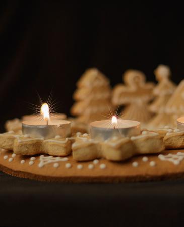 perník věnec a zapálenými svíčkami na tmavém pozadí vertikální pohled na Reklamní fotografie