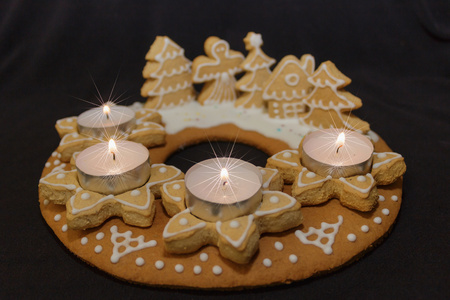 perník věnec a zapálenými svíčkami na tmavém pozadí