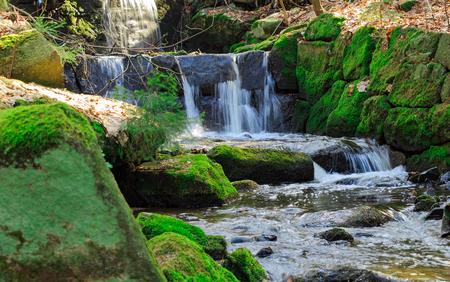 Pohled na tok řeky proudící horský potok Reklamní fotografie - 76318854