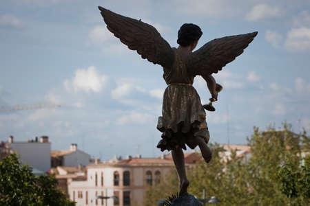 sacramentale: La figura di un angelo con le ali scolpito in legno con la coppa sacramentale. Settimana Santa, Spagna