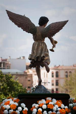 sacramentale: La figura di un angelo con le ali scolpite in legno con la tazza sacramentale. Settimana Santa, Spagna