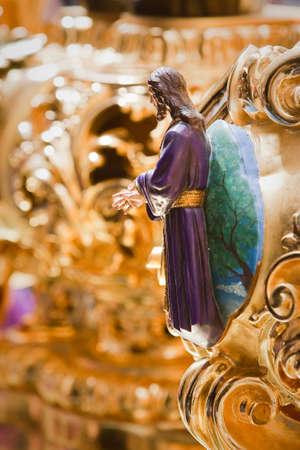 retablo: Retablo o cartela de alto relieve y decoraci�n policromada atracado en el respiradero del trono, que representa una escena de la aprehensi�n de Cristo, la tradici�n de la Semana Santa, Espa�a Foto de archivo