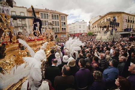 fraternit�: Confr�rie du Nazar�en sur la place San Francisco en une semaine procession Saint, Vendredi Saint, Linares, province Jan, Espagne �ditoriale
