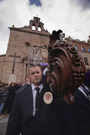 ported: Leaving the Church of San Francisco of the brotherhood of the expiration of Christ ported by men with blue suit, Holy week in Linares, province JaŽn, Andalusia, Spain