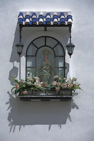 retablo: Peque�o retablo de la virgen en la calle, t�pica de la calle en Osuna, provincia de Sevilla, Andaluc�a, Espa�a