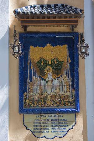 retablo: Retablo de azulejos con un poema dedicado a una virgen, t�pica de la calle en Sevilla, Andaluc�a, Espa�a Foto de archivo