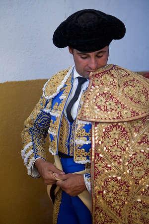 vistiendose: El espa�ol torero Francisco Rivera vestirse para el paseillo o desfile inicial. Tomado en Villanueva del Arzobispo plaza de toros antes de la corrida de toros, provincia de Jaen, Espa�a, 09 de septiembre 2011