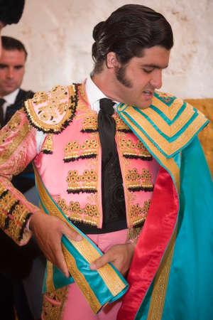 vistiendose: El espa�ol torero Morante de la Puebla vestirse para el paseillo o desfile inicial Tomado en Andujar plaza de toros antes de la corrida de toros, And�jar, Jaenprovince, Espa�a, 11 de septiembre 2009 Editorial