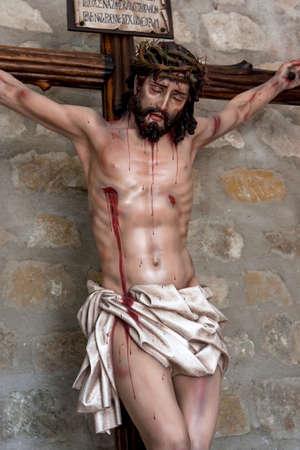 cruz de jesus: La figura de Jesús en la cruz tallada en madera por el escultor José Miguel Tirao Carpio