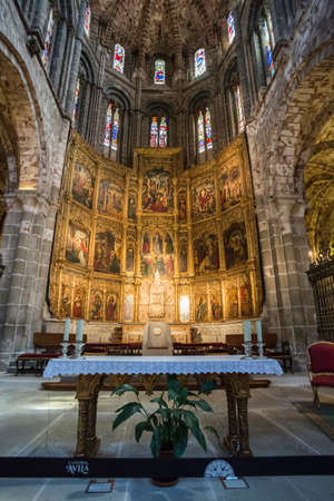 retablo: Avila, SPAIN - 10 august 2015: Altarpiece of Santa Catalina, Inside view of the Cathedral in Avila, realized by sculptors Juan Rodrguez and Lucas Giraldo for the cathedral of Avila in the year 1529, a Romanesque and Gothic church in the South of Old Casti