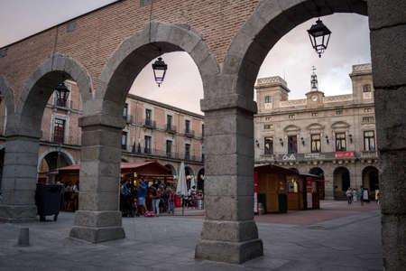 iga: Avila, SPAIN - 10 august 2015: Mercado Chico square 18th century by Ventura Rodriguez and Antonio Cuervo and Town hall 19th century, architect Vazquez de Zuiga. Avila city added to the Unescos World Heritage List in 1985, Castilla-Leon, Spain., Avila, Sp Editorial