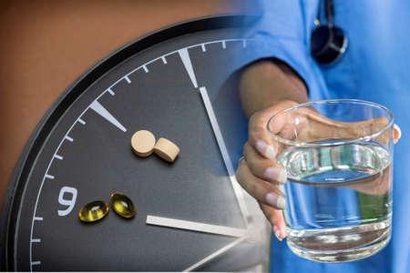 cronologia: concepto de Asistencia sanitaria y medicina, un reloj marca la hora de tomar medicamentos Foto de archivo
