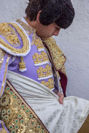 corrida de toros: Linares, ESPA�A - el 28 de de agosto de 2014: torero Sebasti�n Castella Spainish poni�ndose el capote pie en el callej�n antes de salir a la corrida, t�pica y la tradici�n muy antigua en Linares, provincia de Jaen, Espa�a
