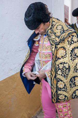 corrida de toros: Linares, ESPA�A - el 29 de de agosto de 2014: torero Jos� Tom�s Spainish poni�ndose el capote pie en el callej�n antes de salir a la corrida, t�pica y la tradici�n muy antigua en Linares, provincia de Jaen, Espa�a