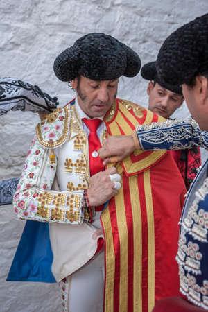corrida de toros: Pozoblanco, ESPAÑA - 24 septiembre, 2010: torero Juan José Padilla Spainish poniéndose el capote pie en el callejón antes de salir a la corrida, típica y la tradición muy antigua en Pozoblanco, España