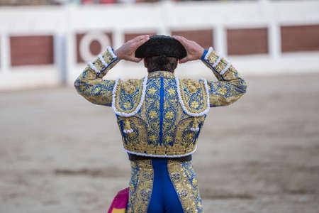 corrida de toros: Linares, ESPAÑA - 28 de octubre 2014: torero español con las manos en la cabeza con su montera en la plaza de toros de Linares, España