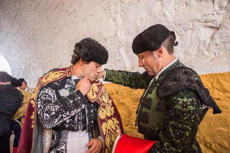 corrida de toros: Andújar, ESPAÑA - 7 de septiembre de 2014: torero Miguel Abellan Spainish poniéndose el capote pie en el callejón antes de salir a la corrida, típica y la tradición muy antigua en Andujar, España