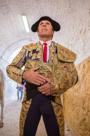 corrida de toros: Andújar, ESPAÑA - 7 de septiembre de 2014: torero Manuel Benítez Spainish El Cordobes momentos totalmente centrado antes de salir a luchar en la plaza de toros de Andújar, España