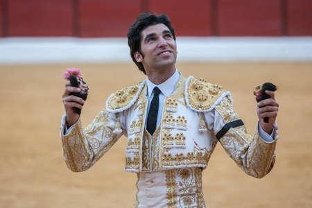 corrida de toros: Sabiote, ESPAÑA, 9 de septiembre de 2011: El español torero Cayetano Rivera a la vuelta de honor con un oído en su mano en la plaza de toros de Sabiote, España Editorial