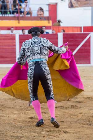 corrida de toros: Sabiote, España - 23 de agosto de 2014: Torero con el capote o una capa, España, Sabiote, España
