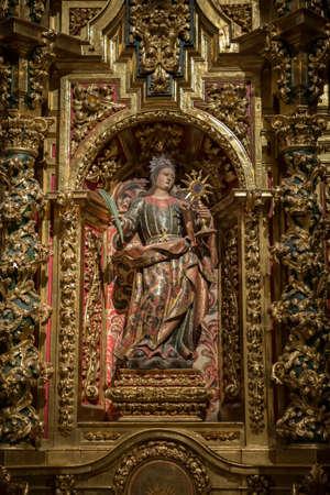 vangelo aperto: Cuenca, Spagna - 24 Agosto, 2016: Interno della Cattedrale di Cuenca, Cappella di Santa Barbara, situata dietro la cappella principale e aperto al ambulatoriale a lato del Vangelo, policroma scavata nella nicchia centrale di Santa Barbara, con la sua attributo Editoriali