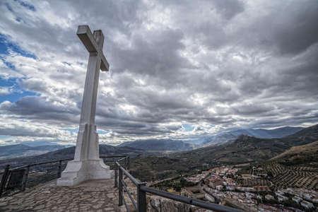 kruzifix: Wahrzeichen der Gehweg in Richtung große Kruzifix in Santa Catalina oder St. Catherine Berg, öffentliche Denkmal und Aussichtsbalkon über Jaen Stadt, Andalusien, Spanien