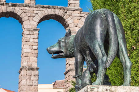 speculative: Lupa Capitolina statue at the foot of Aqueduct of Segovia on Plaza del Azoguejo, Unesco World Heritage Site, Spain Stock Photo