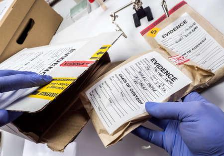 Experto policial guardado en una caja de registros y pruebas de un caso de asesinato en el laboratorio científico