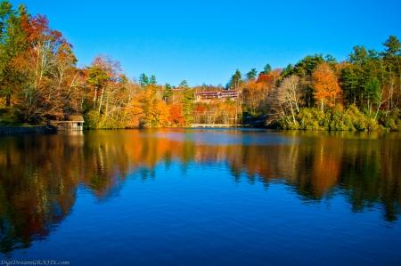 青い湖と秋の反射