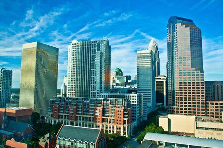 overlooking: con vistas al centro de la ciudad reina Foto de archivo