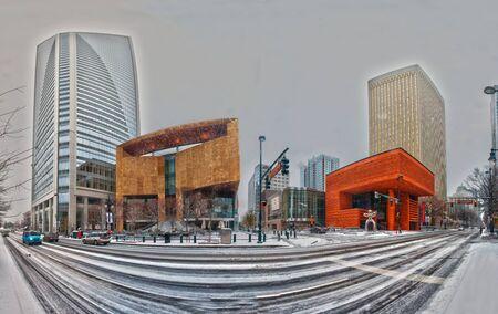 Charlotte Skyline im Schnee und Mint Museum auf der linken Seite