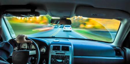 blured Herbst und farbigen treelines sichtbar von innen Auto w�hrend der Fahrt