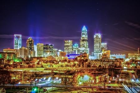 シャーロット市のスカイラインと夜のアーキテクチャ 写真素材
