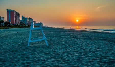 朝のビーチのシーンでマートルビーチ、サウスカロライナ州