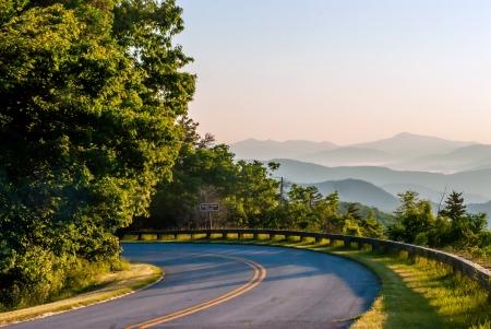 グレート スモーキー マウンテンズ上ブルーリッジパークウェイ風光明媚な風景アパラチア山脈の尾根日の出層