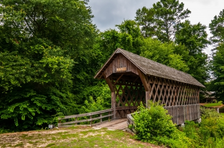 old wooden covered bridge in alabama 版權商用圖片