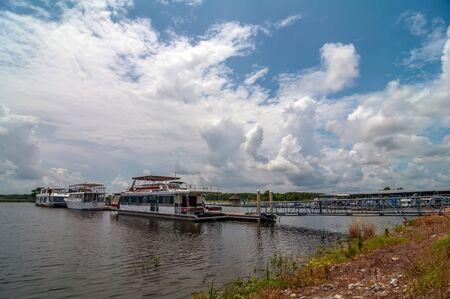 literas: barcos de casa estacionados en el puerto deportivo muelle flotante
