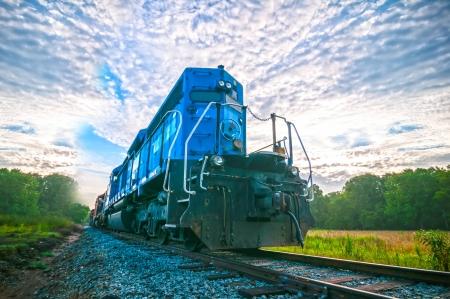 ferrocarril: Azul Motor tren de carga en la salida del sol