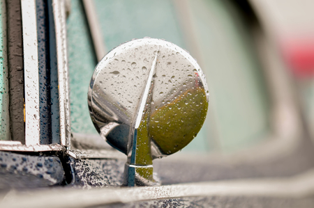 side view mirror of a classic car in the rain Imagens