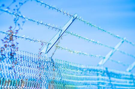 p�rim�tre: Barb wire fence s�curisation d'un p�rim�tre