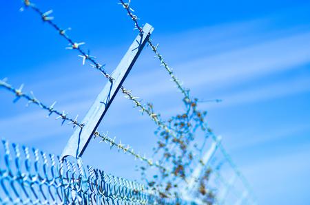 Stacheldraht Zaun sichern einen Umfang