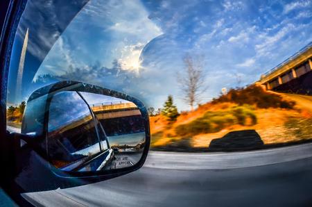 fahren im Auto auf der Autobahn, mit Blick in windshiel und Seitenfenster Lizenzfreie Bilder
