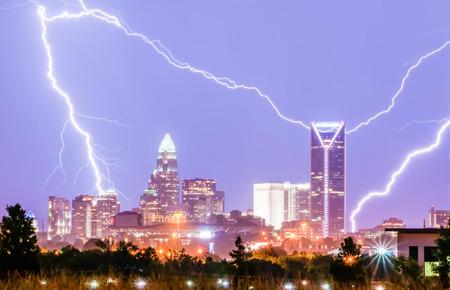 アメリカ合衆国ノースカロライナのシャーロット都市スカイライン雷雨落雷