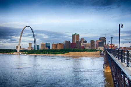 ミズーリ州で早朝聖 Louis 都市景観のスカイライン