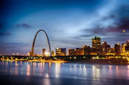 City of St. Louis skyline. Image of St. Louis downtown with Gateway Arch at twilight. Banco de Imagens - 29476920