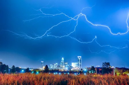 lightning thunder bolts over charlotte skyline 版權商用圖片 - 29485152