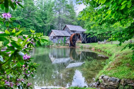 grist: Storico Edwin B. Mabry Grist Mill (Mabry Mill) nella campagna della Virginia su Blue Ridge Parkway e la riflessione sullo stagno in estate Archivio Fotografico