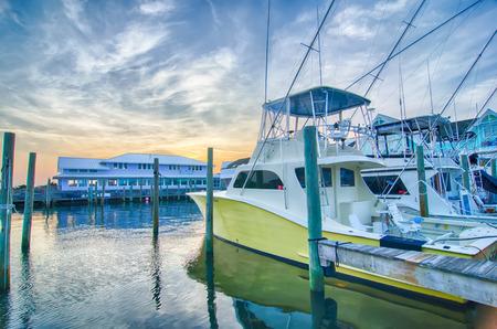 Vue de bateaux de pêche sportive à Marina tôt le matin Éditoriale