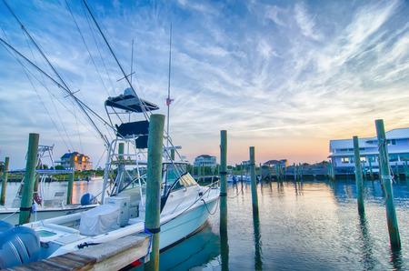 Uitzicht op Sportfishing boten bij jachthaven de vroege ochtend Redactioneel